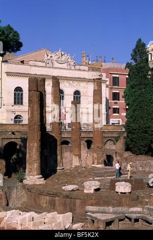 L'Italie, Rome, zone archéologique de Largo di Torre Argentina, temple B (2e siècle avant J.-C.) avec le théâtre Banque D'Images
