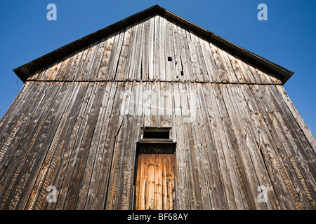 Ancienne grange rougeoyant. Une ancienne grange, surmonté d'un accueil chaleureux l'argent brille dans le soleil Banque D'Images