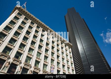 Le contraste de l'architecture des bâtiments à Seattle illustré comme un brillant vintage design à côté d'un design Banque D'Images
