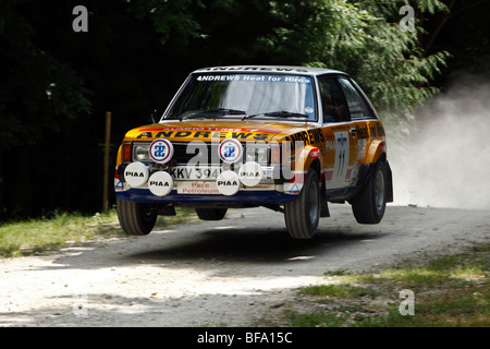 Talbot Sunbeam Lotus conduit par Russell Brookes sur le saut sur la scène rallye à Goodwood Festival of Speed 2009 Banque D'Images