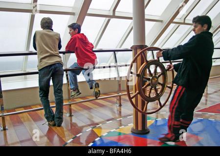 Trois jeunes garçons jouant sur le ferry de Hoek van Holland à Harwich Banque D'Images