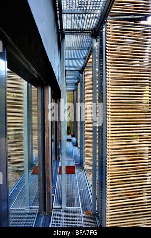 Paris, France, maison verte, Maison passive, détails, nuances de bambou à l'extérieur de l'abri de portes en verre, Banque D'Images