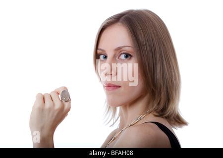 Portrait d'une jeune femme portant des bijoux de créateur, collier de perles et d'une grande bague quartz Banque D'Images