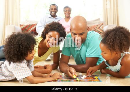 Jeu de famille Jeu de société à la maison avec les grands-parents à regarder