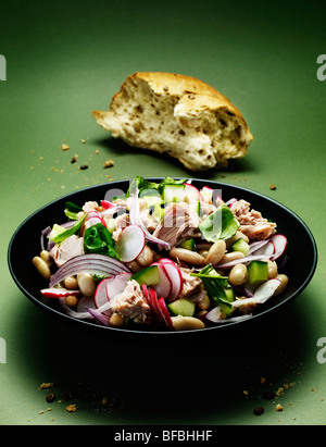 Salade de thon et haricots CANNELLINI, avec l'oignon rouge, de basilic, de radis et de concombre avec du pain. Banque D'Images