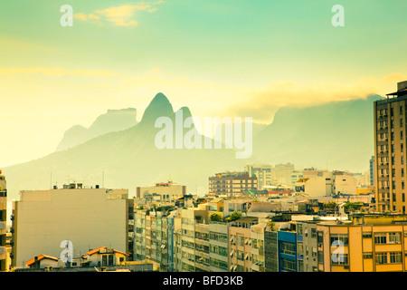 Voir plus haut des immeubles d'habitation et les montagnes à Ipanema Rio de Janeiro Brésil Banque D'Images