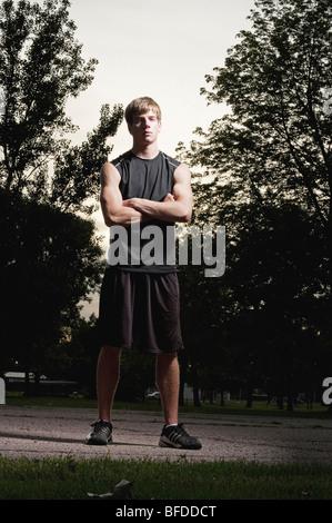 Jeune homme pose pour un portrait après avoir joué au basket-ball à Barstow Park à Vermillion, Dakota du Sud. Banque D'Images
