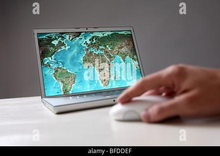 Carte du monde sur l'écran de l'ordinateur