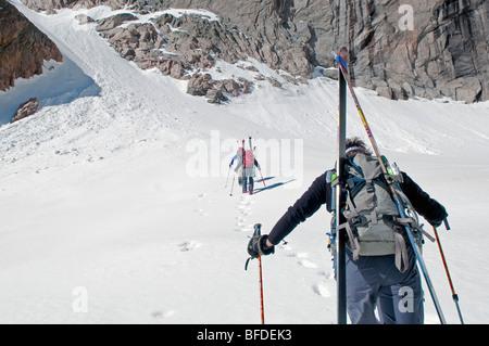 Approche trois randonneurs un couloir au printemps dans le Parc National des Montagnes Rocheuses, au Colorado. Banque D'Images