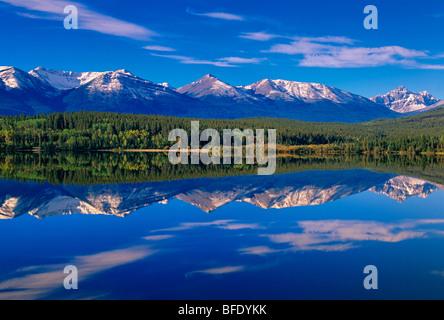 Le Lac Pyramid et les montagnes au sud-ouest de Jasper (Indian Ridge, au centre), Jasper National Park, Alberta, Banque D'Images