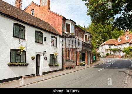 Vue sur la rue principale à Whitchurch on Thames, Berkshire, Royaume-Uni