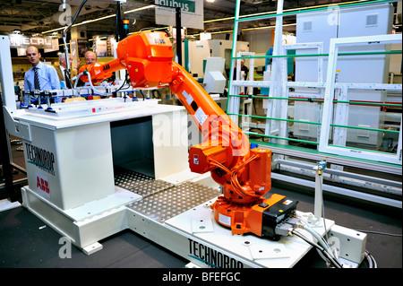 Paris, France, Inside Windows Manufacturing Factory, robot industriel, salon de l'équipement de construction, « Salon Batimat », intérieur industriel moderne