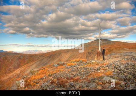 Deux personnes, père et fils se tenant à l'enseigne sur haut de Keno Hill, au Yukon. Les montagnes sont Werneke Banque D'Images
