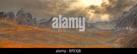 Tempête de compensation, les rayons du soleil piquer à travers les nuages et les couleurs d'automne dans la vallée Banque D'Images
