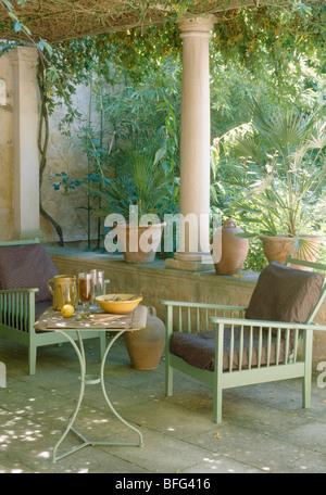 Le vert pâle des chaises en bois et métal petite table sur ...