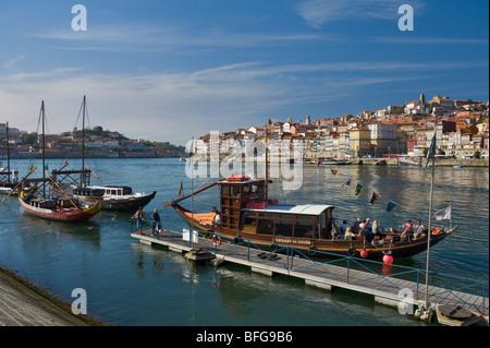 Au Portugal, la Costa Verde, un vin de porto barge, maintenant un bateau d'excursion touristique sur le fleuve Douro Banque D'Images