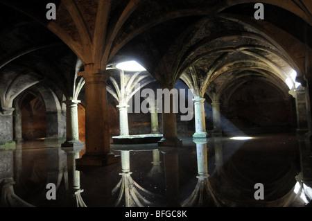 Un éclat de lumière pénètre dans la Citerne Portugaise dans le domaine de la forteresse d'El Jadida, Maroc. Banque D'Images
