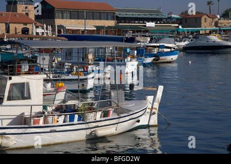 Les petits bateaux de pêche chypriote grec à Kato Paphos harbour république de Chypre Europe Banque D'Images