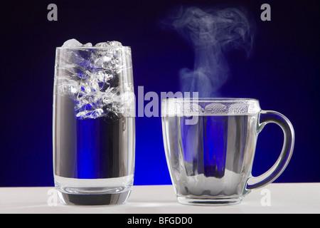 L'eau de vapeur de la glace. Un verre d'eau glacée et une tasse de thé de l'eau vapeur chaude. Banque D'Images