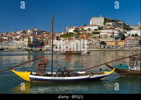 Au Portugal, la Costa Verde, Porto, le fleuve Douro, le vin de barges et de Ribeira de la vieille ville Banque D'Images