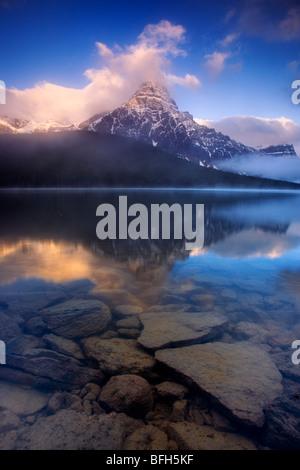 Mont Chephren se reflète dans l'eau du lac des oiseaux le long de la promenade des Glaciers dans le parc national Banque D'Images
