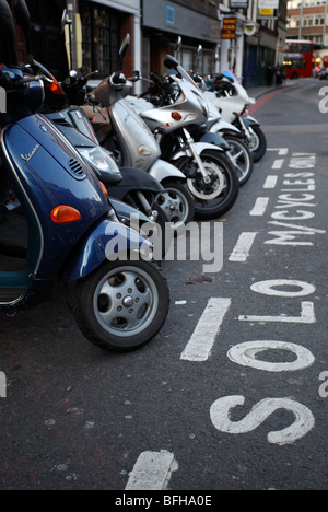 Les motos garées capturé à Londres Uk Banque D'Images