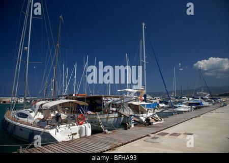 Moderne et traditionnel, bateaux dans le port de latchi village de la polis municipalité République de Chypre Europe Banque D'Images