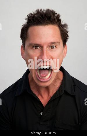 Portrait expressif d'un jeune homme Banque D'Images