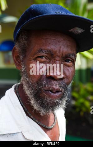 Homme noir barbu d'Antigua, portant une casquette de baseball Bleu Banque D'Images