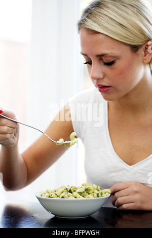 Teenage Girl Eating Salade de pâtes. Parution du modèle Banque D'Images