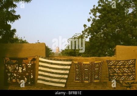 La boue traditionnel-tissu bogolan (peinture) à vendre Banque D'Images