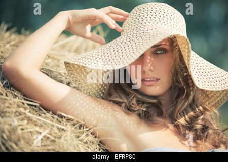 Jeune Femme au chapeau portrait. Des couleurs douces.