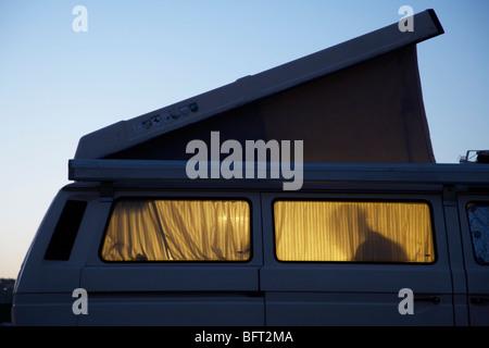 Silhouette de personne à l'intérieur de Camping- Banque D'Images