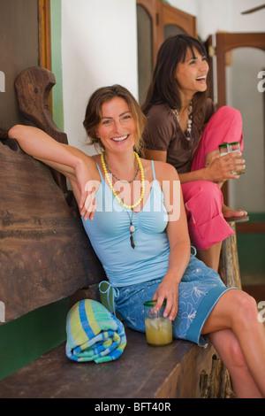 Les femmes se détendre autour d'un verre, Punta Burros, Nayarit, Mexique Banque D'Images