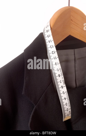 Cintre en bois suspendu costume tailleurs avec ruban de mesure Banque D'Images
