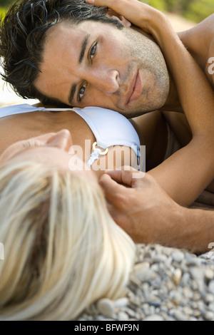 Un homme se reposer sa tête sur une femme Banque D'Images