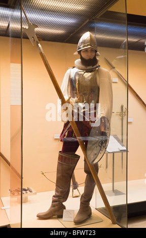 16e siècle espagnol halberdier portant casque italien, un plastron et portant une hallebarde Banque D'Images