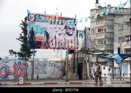 Palestinien passe devant une affiche du Hamas dans le nord de la bande de Gaza. Banque D'Images