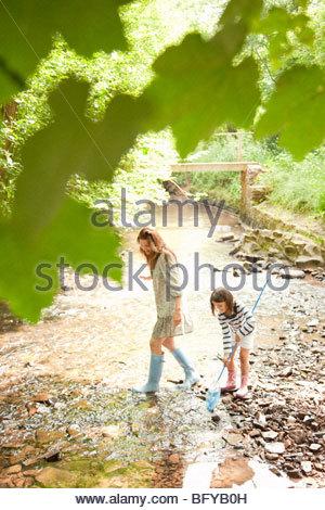 Mère et fille avec des filets en stream Banque D'Images