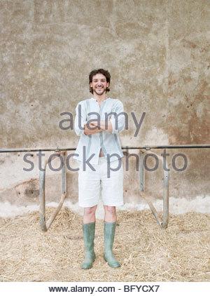 Homme debout en étable Banque D'Images