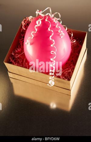 Boîte en carton avec ballon parti rose Banque D'Images