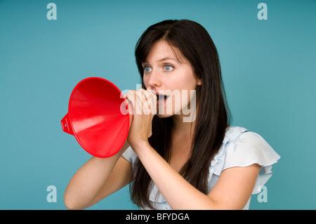 Femme hurlant dans un mégaphone