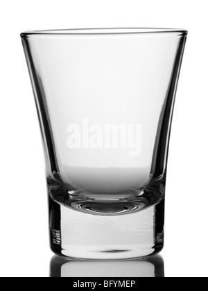 Un verre vide sur fond blanc. Banque D'Images