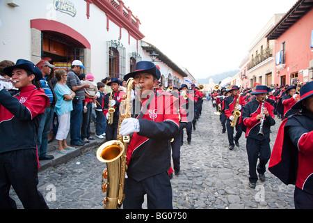 Défilé de jour de l'indépendance le 15 septembre à Antigua Guatemala. Banque D'Images
