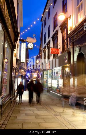 Late night shopping de Noël à Swan Lane dans le centre-ville de Norwich Banque D'Images