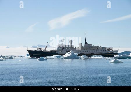 Tour de bateau dans la glace près de Brown Bluff, Péninsule Antarctique, l'Antarctique, régions polaires Banque D'Images