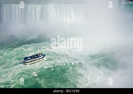 Maid of the Mist excursion bateau sous la cascade des chutes Niagara à Niagara Falls, Ontario, Canada, Amérique Banque D'Images