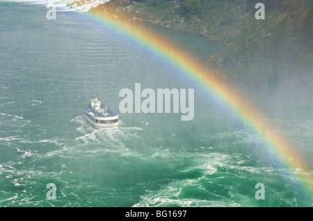 Maid of the Mist excursion bateau sous la cascade Horseshoe Falls avec Rainbow à Niagara Falls, Ontario, Canada Banque D'Images