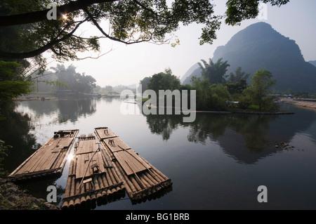 Paysage calcaire karstique sur la rivière Li (Lijiang) dans la région de Yangshuo, près de Guilin, Guangxi Province, Banque D'Images