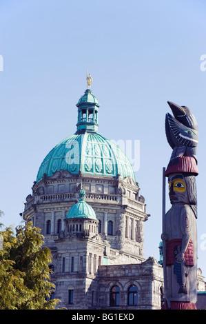 Totem en face du Parlement, Victoria, île de Vancouver, Colombie-Britannique, Canada, Amérique du Nord